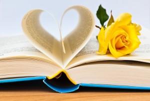 Buchseiten in Herzform mit Rose